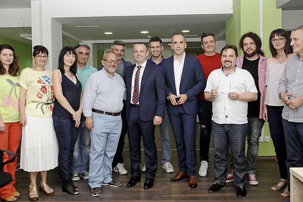 Predsednik kompanije AMG Aleksandar Rodić sa menadžmentom i zaposlenima u listu Sloboden pečat tokom posete u junu 2017